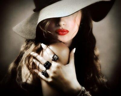 Plakat Sexy młoda piękna kobieta z czerwonymi ustami pocałunek biżuteria, zabytkowe