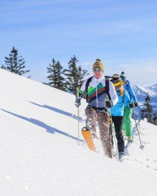 Plakat Skitourengeher legen eine Frische Spur im Pulverschnee