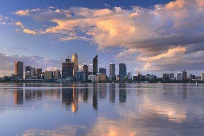 Plakat Skyline Perth w Australii przez rzekę Swan o zachodzie słońca