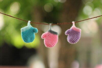 Śliczne małe szydełkowe skarpety i rękawiczki dziania działa - jest powieszony na liny z rozmycia tła czeka na prezenty świąteczne. Koncepcja na wakacje