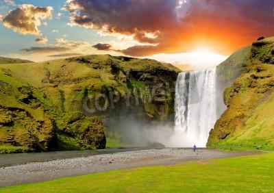 Plakat Słynny wodospad Skogafoss w Islandii na zachodzie słońca