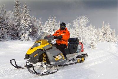 Plakat Sportowiec na skuterze śnieżnym.