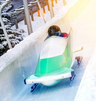 Plakat Sporty zimowe - Bobschlitten in der Eisbahn