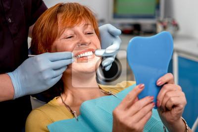 Plakat Starszy kobieta w gabinecie stomatologicznym.