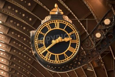 Plakat Stary dworzec kolejowy w czarno Zegar złota