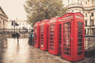 Plakat Styl vintage budki telefoniczne na czerwono ulicy deszczowej w Londynie