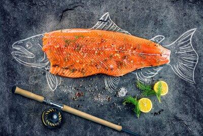Plakat surowe ryby łososia stek z dodatkami takimi jak cytryny, pieprz, sól morska i koperkiem na czarnej tablicy, naszkicowany obraz kredą łososia ryb z stek i wędką