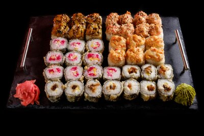 Plakat sushi na czarnym tle