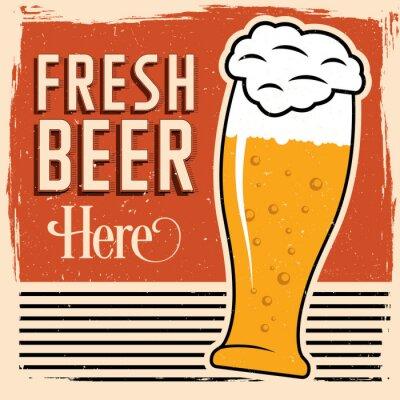 Plakat Świeże piwo tutaj plakat ze szklanką piwa, rocznik czcionki i brudu na wierzchu.