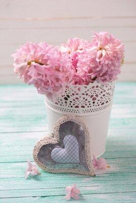 Plakat Świeże różowe hiacynty kwiaty w wiadrze i dekoracyjnych serca na