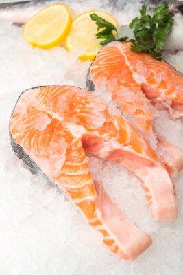 Plakat Świeże ryby łososia z cytryną na rynku