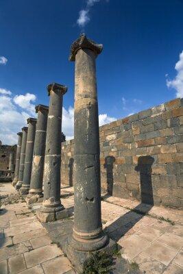 Plakat Syria. Bosra. Pozostałości rzymskich łaźni - słupy bazaltowe. Ta strona jest na Listę Światowego Dziedzictwa UNESCO