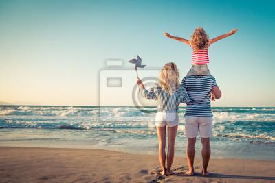 Plakat Szczęśliwa rodzina zabawy na letnie wakacje