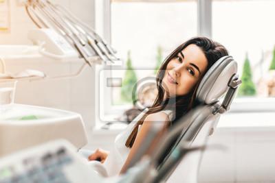 Plakat Szczęśliwy stomatologiczny pacjent w stomatologicznej klinice
