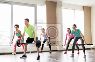 Plakat szczęśliwych ludzi korzystające z barów sztangą w siłowni