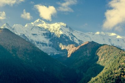 Plakat Szczycie góry pokryte chmurami.
