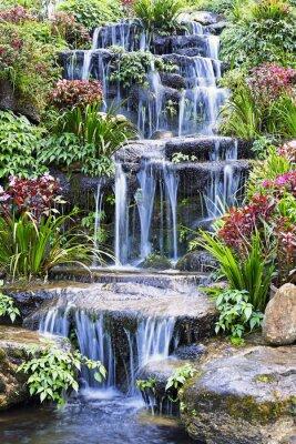 Plakat Sztuczny wodospad i posąg w ogrodzie