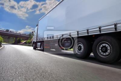 Szybka ciężarówka biegnąca po autostradzie