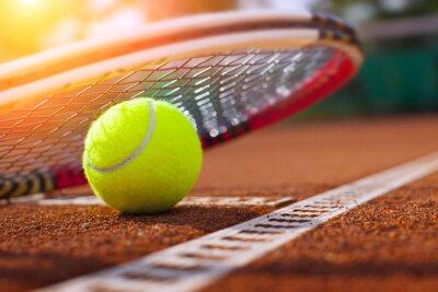Plakat .tennis piłki na korcie tenisowym