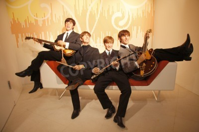 Plakat The Beatles - figura wosku w muzeum Madame Tussauds, 10 lipca 2008 roku, Unter den Linden, Berlin-Mitte.