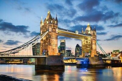 Plakat Tower Bridge w Londynie, Wielka Brytania w nocy