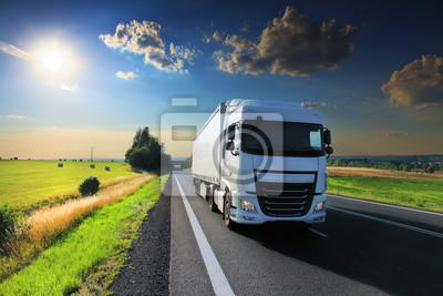 Transport ciężarowy na drodze o zachodzie słońca