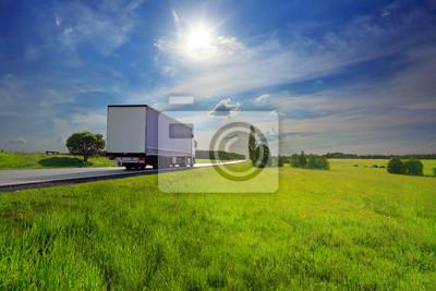 Transport ciężarowy na drodze o zachodzie słońca i ładunku