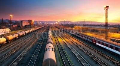 Plakat Transport freigt stacji kolejowej pociągu o zmierzchu