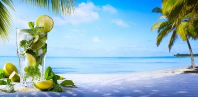 Plakat Tropikalne letnie wakacje; Egzotyczne napoje na rozmycie tropikalnej plaży tle