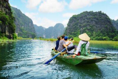 Plakat Turyści robienia zdjęcia. Rower za pomocą jej stopy do napędzania wiosła