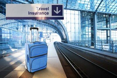 Plakat Ubezpieczenie podróżne. Niebieska walizka na dworcu kolejowym