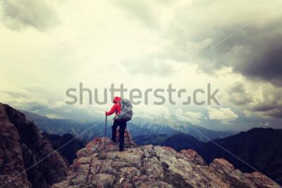 Plakat udany plecak kobieta cieszy się widokiem na szczyt