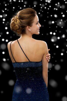 Plakat uśmiechnięta kobieta w wieczorowej sukni