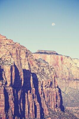 Plakat Vintage stonowanych księżyc nad górami w Zion National Park, USA.