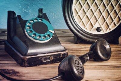 Plakat Vintage telefon i radio na drewnianym stole