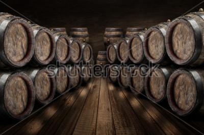 Plakat W piwnicy z winem leżały beczki z dębem. Stara kamienna ściana przy tłem. Tło wino.