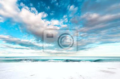 Wakacje i święta na malowniczej plaży. Sceneria plaży i nieba tła