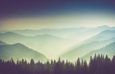 Plakat Warstwy góry i mgły w dolinach.