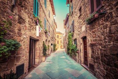 Plakat Wąska ulica w starym włoskim mieście Pienza. Toskania, Włochy. Zabytkowe