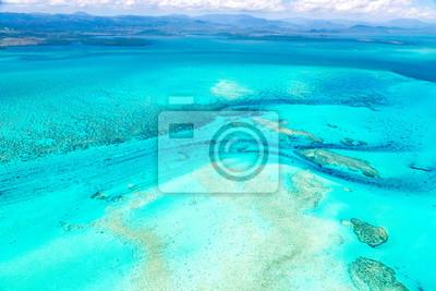 Plakat Widok z lotu ptaka idylliczna lazurowa turkusowa błękitna laguna zachodnie wybrzeże bariery rafa z górami daleko w tle, morze koralowe, Nowa Kaledonia wyspa, Melanesia, Południowy Pacyfik ocean.