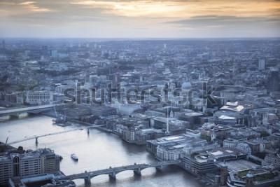 Plakat Widok z lotu ptaka miasta Londyn o zmierzchu. Z Tamizą, katedrą św. Pawła i dzielnicą finansową na pierwszym planie.
