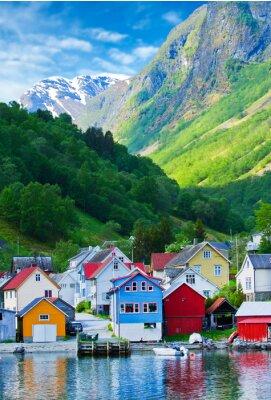 Plakat Wieś i widokiem na morze w górach na fiord Geiranger w Norwegii