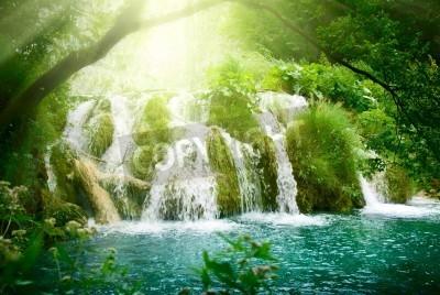 Plakat wodospad w głębokim lesie