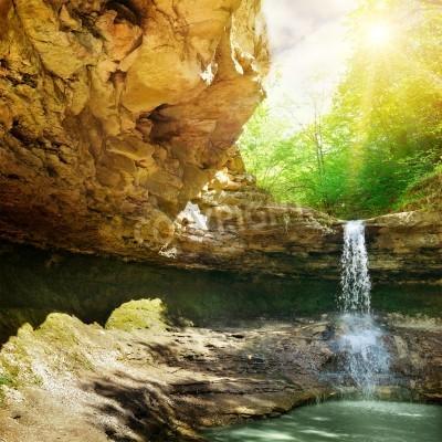 Plakat wodospad w górach