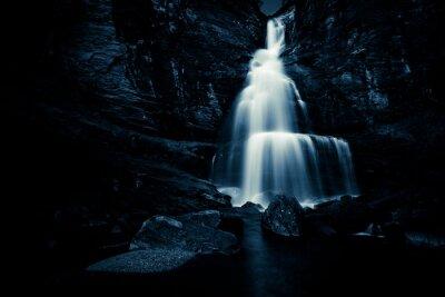 Plakat wodospad w nocy