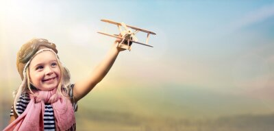 Plakat Wolność marzyć - Radosne Dziecko gra z samolotu na tle nieba