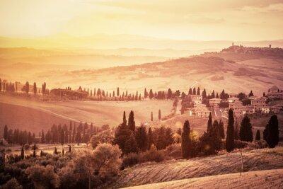 Plakat Wspaniały krajobraz Toskanii z cyprysami, gospodarstw i małych średniowiecznych miasteczek, Włochy. vintage słońca