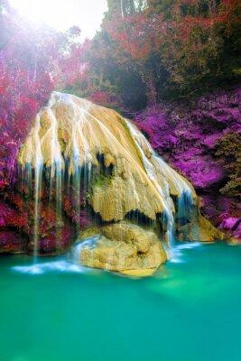 Plakat wspaniały wodospad z kolorowe drzewa w Tajlandii