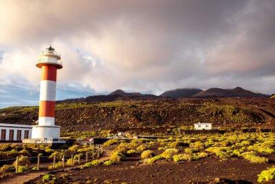 Plakat Wulkaniczny krajobraz z latarni w pobliżu fabryki soli Fuencaliente na wyspie La Palma w Hiszpanii