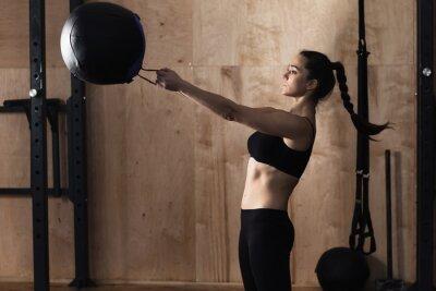 Plakat Wyciąg kobieta waga ball na siłowni